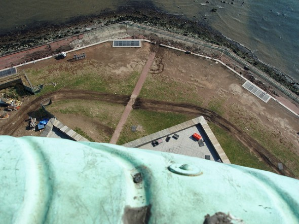 Les dégâts de Liberty Island vu de la couronne de la Statue de la Liberté