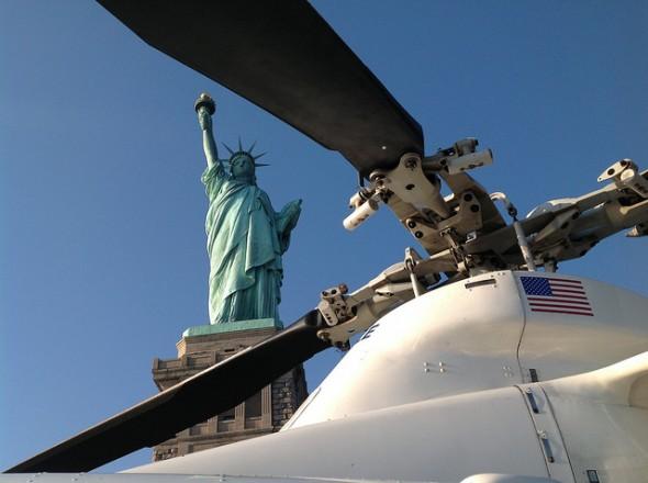 Un hélicoptère de la police new-yorkaise posé sur Liberty Island