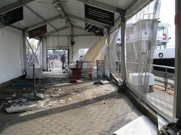 L'intérieur de la tente de départ situé à Battery Park a été endommagée par le vent et les vagues. Cette tente a été utilisé pour gérer les visiteurs avant qu'ils ne montent à bord du ferry pour Liberty Island et Ellis Islands.