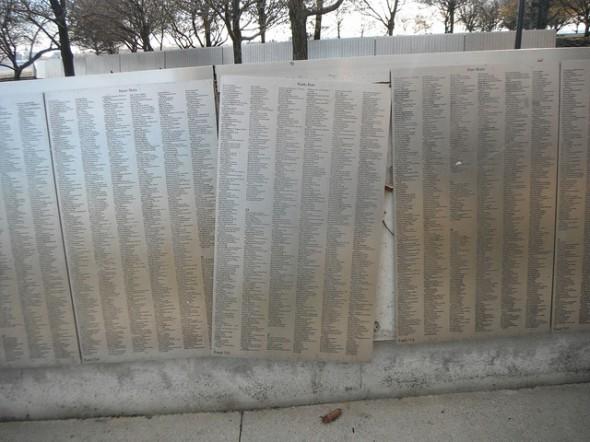 Un panneau du mur d'honneur des immigrants a été renversé par la force de Sandy.  Le Mur d'honneur contient les noms des immigrants honorés par leurs descendants.