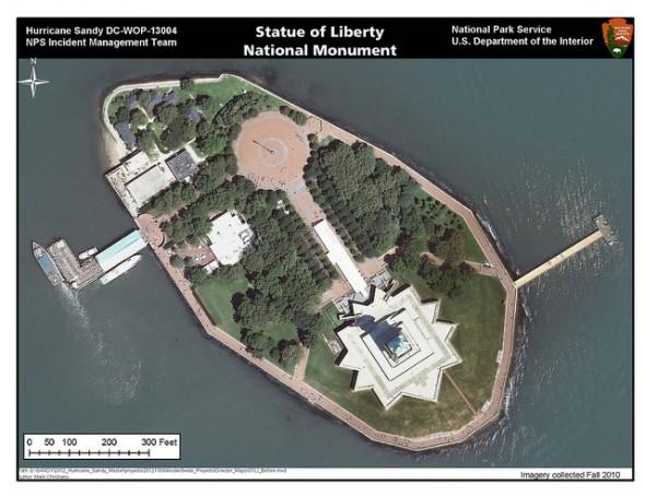 Liberty Island et Statue de la Liberté avant le passage de l'ouragan Sandy. Photo prise à l'automne 2010