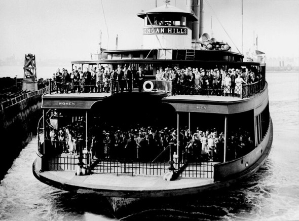 800px-Ferry_dongan_hills_1945