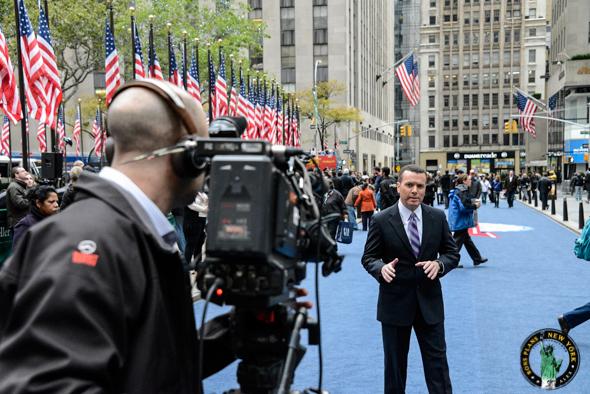 Un présentateur tv sur la Rockefeller Plaza en novembre 2012 juste avant les résultats des élections présidentielles - Alex les bons plans