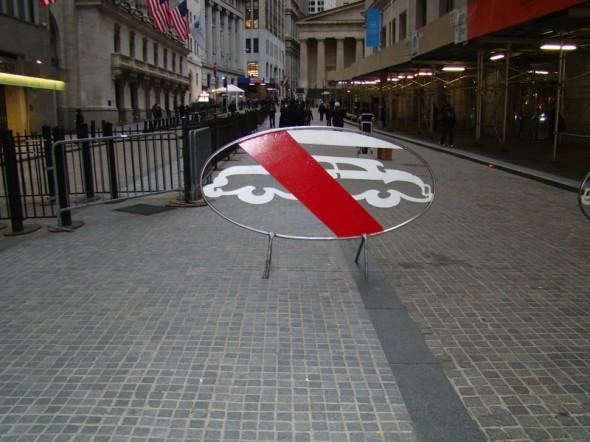 Pour la première photo, ma compagne et moi avons trouvé très original ce panneau signalant l'interdiction au voiture - 22 Février 2013 - Christophe