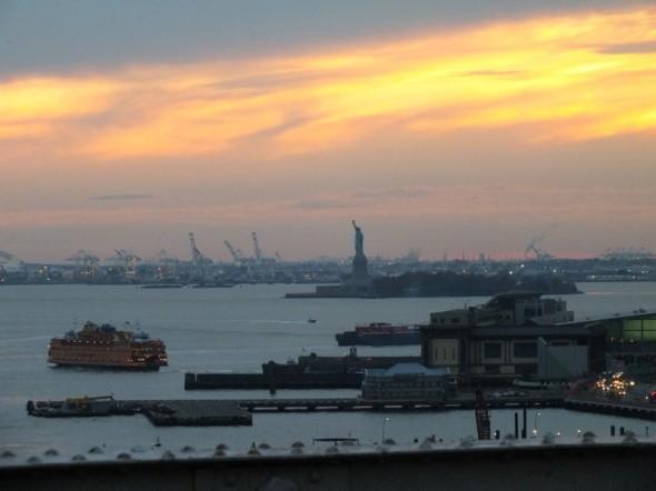 La photo à été prise le lundi 31 octobre 2011 depuis le Brooklyn Bridge au coucher du soleil. La petite anecdote concernant cette photo est que lors de notre dernier jour sur place, j'ai vraiment pris conscience que New York était bien plus qu'une ville cosmopolite. Il n'y a pas que Manhattan ou Brooklyn. Le port de New York permet à la ville d'être ce qu'elle est. Ce moment m'a marqué et m'a rappelé que pour tout moment heureux, il y a du travail derrière. Voila ce que je ressens. - Théo