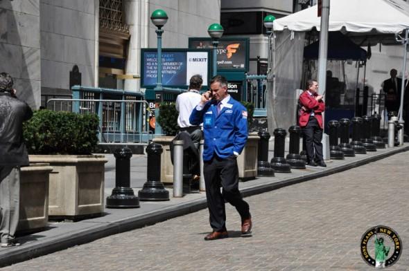 En Avril 2011, un trader de Wall Street lors d'une pause téléphonique - Alex les bons plans