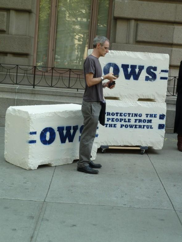 Lorsque nous avons voulu visiter le Financial District en septembre 2011, une manifestation anticapitalisme avait lieu (on peut avoir bon espoir dans les New-yorkais). Les manifestants et les forces de l'ordre ont un peu écourté notre balade. Gilles et Véronique
