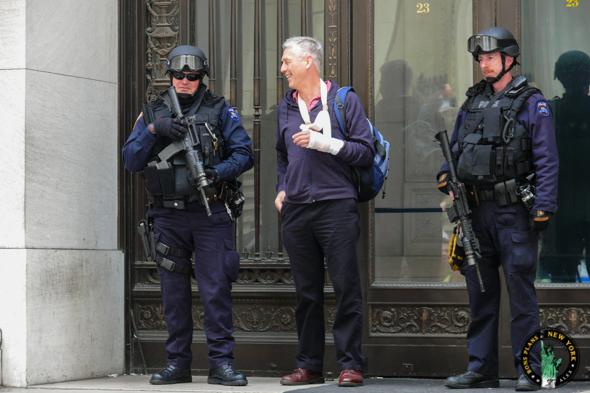 Lors de mon voyage de noces en avril 2008, j'ai pris cette photo devant une des portes de Wall Street avec deux gentils policeman. Alex les bons plans