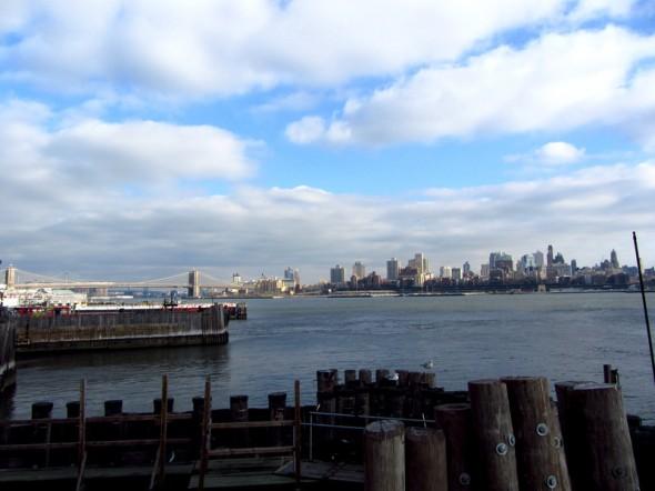Vue sur Brooklyn et le Brooklyn Bridge depuis le Ferry à quai (décembre 2012) par Leslie B.