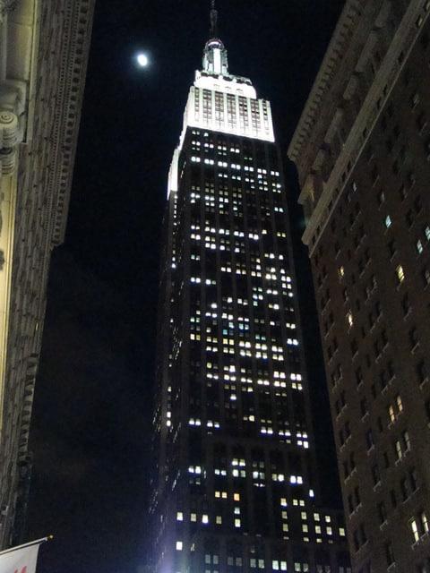 """Ma photo de l'ESB prise le mercredi 20 février 2013 depuis le coin 6ieme avenue 34ieme rue. C'était notre première soirée et après Times square, ce building avec sa grandeur nous en a mis plein les yeux et nous renforce encore plus l'idée que nous sommes bien à New York. Nous étions de vrais """"gosses"""" tout excité à le voir en vrai. Lol. Christophe C."""