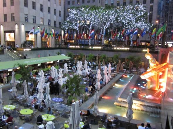 Voici une photo prise en soirée au rockfeller plaza, on venait d'arriver à new york! - Coralie, juin 2012