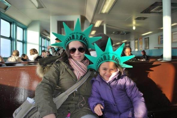 Ma fille Olivia (5 ans) et moi le 14 mars 2013 sur le ferry avec la fameuse couronne de la statue de la liberté! Sandra