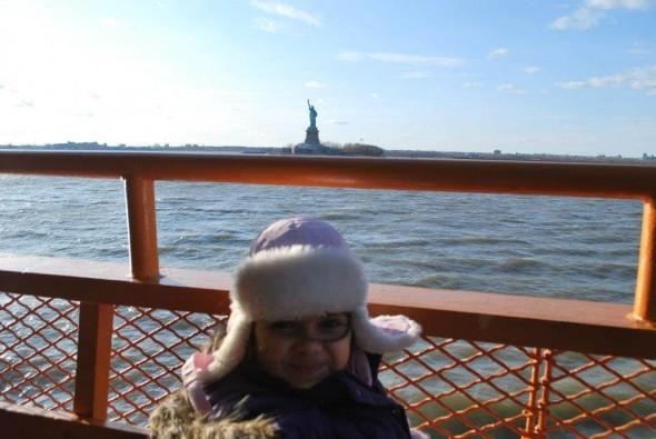 Ma fille Olivia (5 ans) et la statue de la Liberté - le 14 mars 2013 sur le ferry Sandra