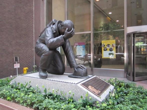 statue d'un pompier qui prie, photo prise une rue a coté de la gare central en juillet 2012 delphine