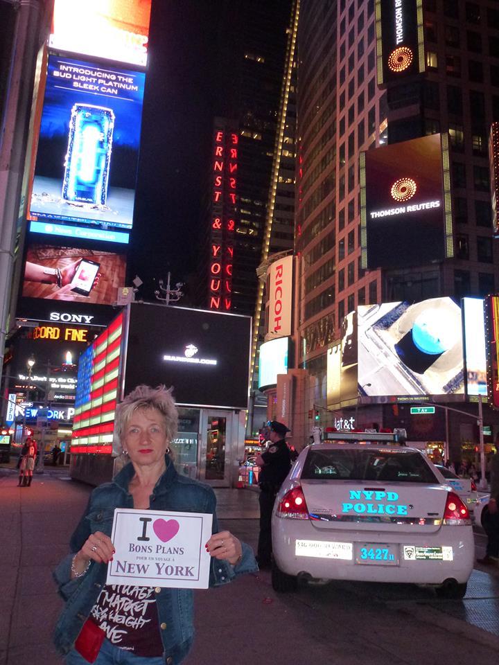 So Satine à Time square juste à côté des NYPD -Mai 2013