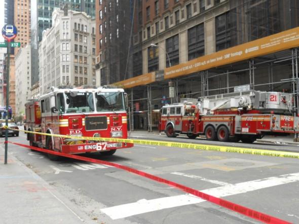 Novembre 2012: la semaine aprés le passagede l'ouragan SANDY. Camions de pompiers au pied d'un immeuble où une grue menaçait de tomber. Etant pompier volontaire dans le 64, j'ai remis l'écusson de mon centre à un pompier NY qui l'a accroché à son camion. Cool non ! JL