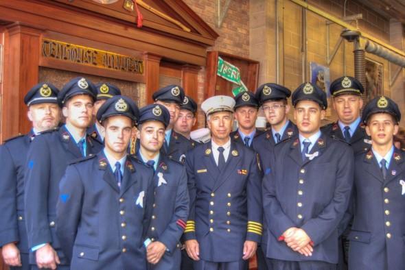vous apercevrez le groupe de pompiers belges dans lequel j'étais, avec l'officier Pfeiffer du FDNY (qui a perdu son frère dans les attentats du 11/9) et qui était le premier officier sur place lors des attentats. On peut le voir dans le magnifique film/reportage des frères Naudet. - Laurent F.