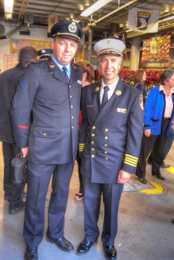 Je suis avec l'officier Pfeiffer du FDNY (qui a perdu son frère dans les attentats du 11/9) et qui était le premier officier sur place lors des attentats. On peut le voir dans le magnifique film/reportage des frères Naudet. - Laurent F.
