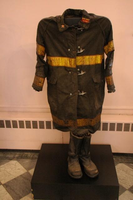 la tenue de pompier de l'église juste à cotès du world trade - Prise en Mars 2013