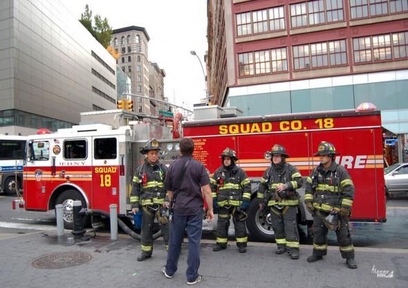 Une photo des pompiers de NY prise en oct 2011. Debriefing après une intervention dans la station de métro d'Union Square. Aleene