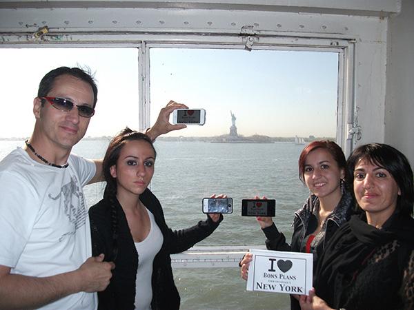 "Family Pierrot avec chacun l'affiche ""I ❤ Bons Plans New York"" : Gilles, Sophie, Alisson et Elisa... - Avril 2013"