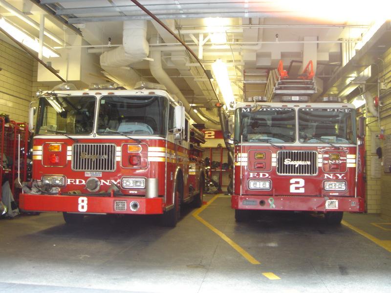 Photos prise en juin 2008 : 1er voyage à NYC pour les 12ans de mon fils, fou de joie de voir autant de camions de pompiers et voitures de police c'est lui qui en fait a joué au reporter in NY ! Mapy