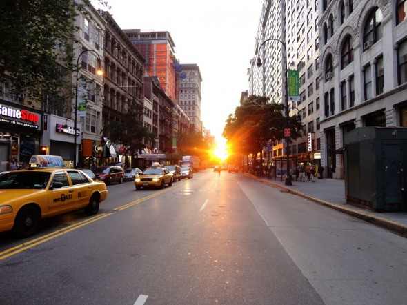 Manhattanhenge à New York City sur la 14ème rue