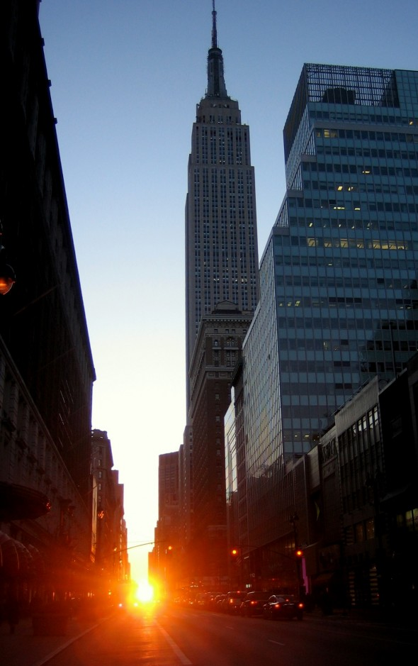 Manhattanhenge à New York City sur la 34ème rue avec l'Empire State Building