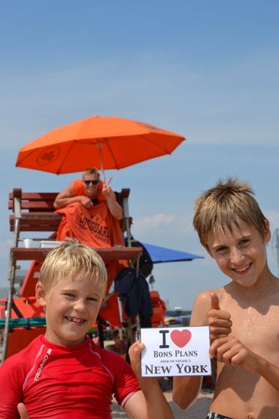 Souvenir d'une journée à Coney Island avec les 2 fils de Sophie et un Lifeguard qui prend la pose - Août 2013