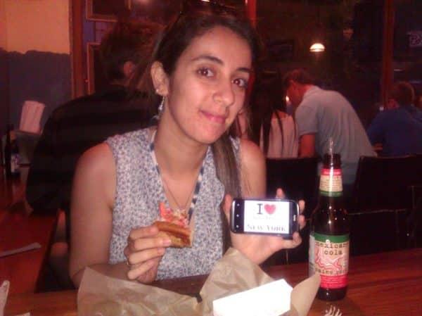 Nesrine avec un hotdog au homard de chez Luke's Lobster - Août 2013