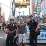 Pascal et 2 policiers du NYPD sur Times Square (Août 2012)