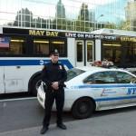 Voici ma petite contribution. Mon nom est Laure, la photo a été prise à NY fin avril 2013. J'avais vu ces policiers devant leur véhicule, quand j'ai sorti mon appareil photo, un des 2 s'est écarté, sûrement il ne voulait pas être pris en photo et l'autre a pris la pose.