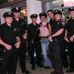 Amélie (une copine) avec les policiers du NYPD de Times Square