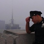 Un policier NYPD en haut du Top of the Rock - Laurent - Juillet 2013.