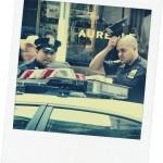 prise le mardi 21 mai 2013 à cet adresse 135 W 42nd St devant le restaurant AUREOLE prés de Times Square!! Ces 3 policemen (on voit juste le haut de la casquette du 3éme devant le giro) étaient en grande conversation aprés avoir reçu un appel ! Cette photo pourrait être tirée d'une séquence d'une série tv américaine! - Virginie
