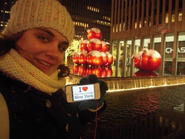 Camille pour une dédicace devant les magnifiques Boules de Noël de New York - Décembre 2013