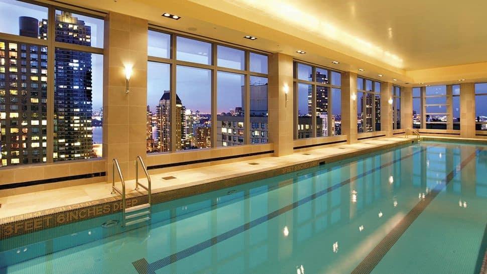 Allez vous rafraichir dans une piscine d 39 un h tel de new york for Hotel la bourboule avec piscine