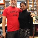 Nicky et Alan Dell, le propriétaire de Kat's Delicatessen. Il passait de table en table pour parler aux différents clients et en s'arrêtant à la notre, il nous à expliquer brièvement que tout ses produits étaient fait maison, puis il a gentiment accepter de faire une photo.