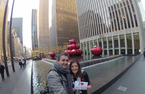 Fabien et Stéphanie pour une dédicace entre la 6ème Avenue et la 55ème rue durant leur séjour en amoureux à NY - le 27 décembre 2013 – à New York City.