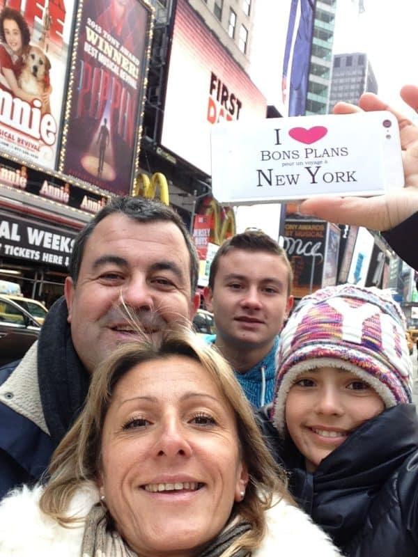 Dédicace de Laetitia et Jean-Mi et leurs enfants Chloé et Valentin sur Times square le 1er Janvier 2014