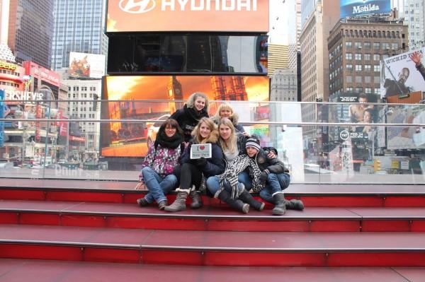 Dédicace de Sabine, Sophie & Co sur les marches de TKTS sur Times Square - Février 2014