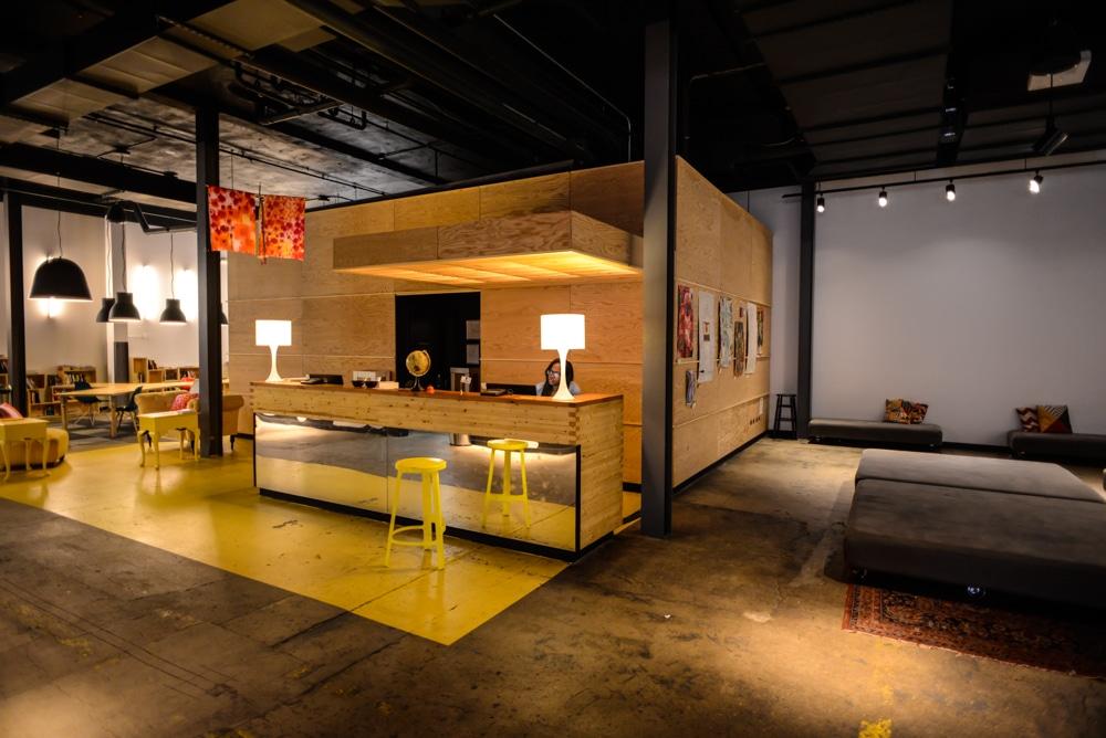 local hostel une auberge de jeunesse moderne long. Black Bedroom Furniture Sets. Home Design Ideas