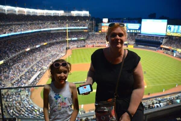 Dédicace de Azelina et Isabelle lors d'un match de baseball au Yankee Stadium - Juillet 2015