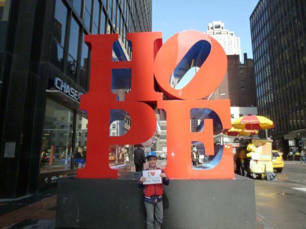Dédicace d'Anton (et sa maman Emma) devant la sculpture HOPE de New York !!!! (Avril 2015)