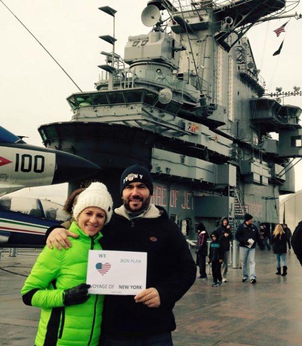 Dédicace de Lætitia et Pierre devant le porte-avion de l'Intrepid Sea-Air-Space Museum - Décembre 2014