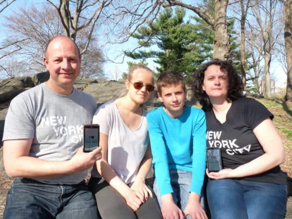 Dédicace de Sylvain (Le Zinc pseudo BPVNY), sa fille Coralie, son fils Nicolas et son épouse Florence, le 12 avril à Central Park près de Bethesda Fountain Terrace avec leurs beaux T-shirt New York City !!!